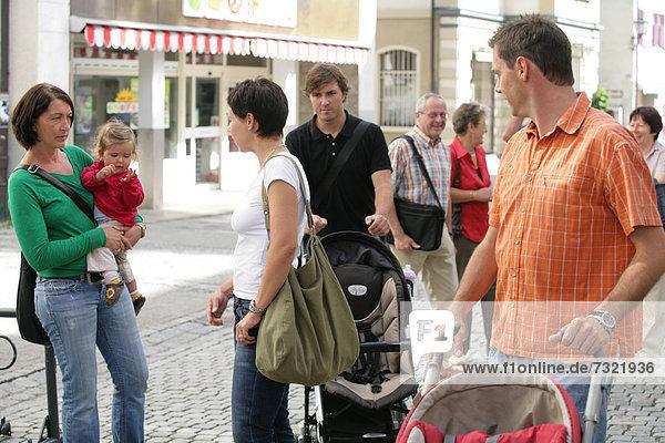 Leute in der Fußgängerzone  Isny im Allgäu  Bayern  Deutschland  Europa