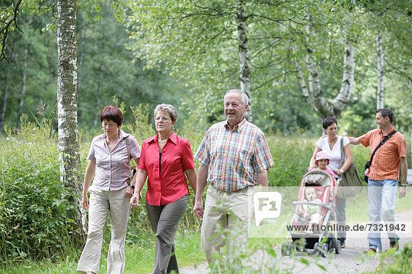 Leute spazieren in einem Park