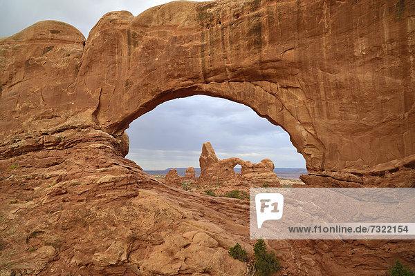 Turret Arch  gesehen durch das North Window  Windows Section  Windows Section  Arches-Nationalpark  Moab  Utah  Vereinigte Staaten von Amerika  USA