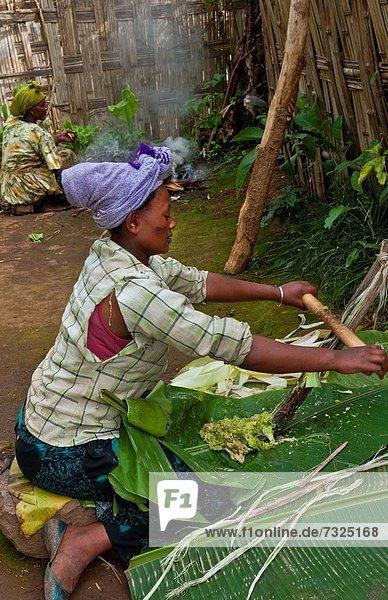 Frau  Tradition  Brot  Produktion  Dorf  Schaben  Kratzen  Methode  12  Afrika  Äthiopien  Volksstamm  Stamm