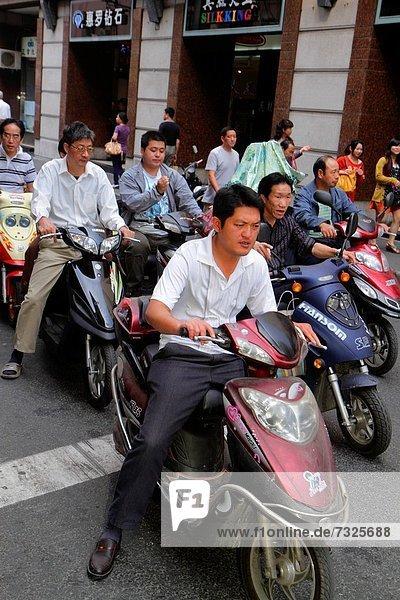 Mann Tag Transport Mofa Roller China Shanghai Straßenverkehr