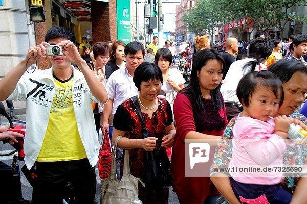 Städtisches Motiv Städtische Motive Straßenszene Straßenszene Frau Mann Tag Fußgänger China Mädchen fotografieren Shanghai