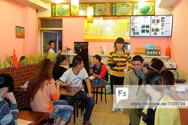 Frau  Mann  am Tisch essen  Restaurant  innerhalb  Kunde  China  Speisekarte  Karte  Shanghai