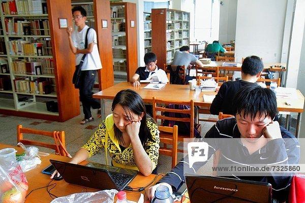 Jugendlicher  Frau  Mann  Notebook  Buch  Junge - Person  lernen  Bibliotheksgebäude  Student  China  Mädchen  Shanghai