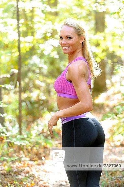 blond  Frau  sehen  lächeln  Tischset  folgen  über  Kleidung  Wald  Blick in die Kamera  work out  alt  Jahr
