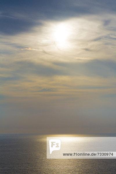 Aussicht von Cabo de Sao Vicente auf den Atlantik am Abend  bei Sagres  Algarve  Portugal  Europa