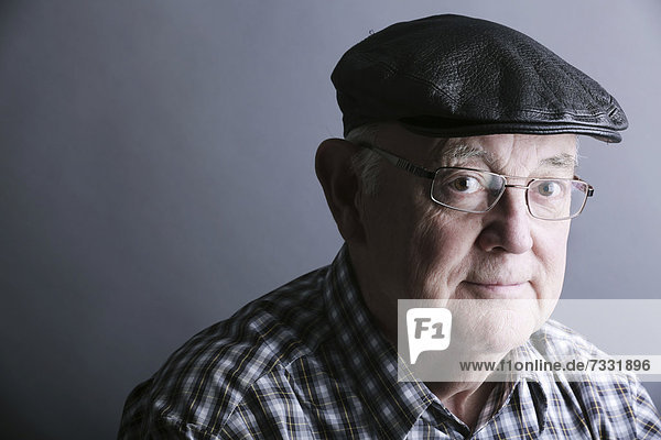 Senior mit Kappe und Brille  Porträt