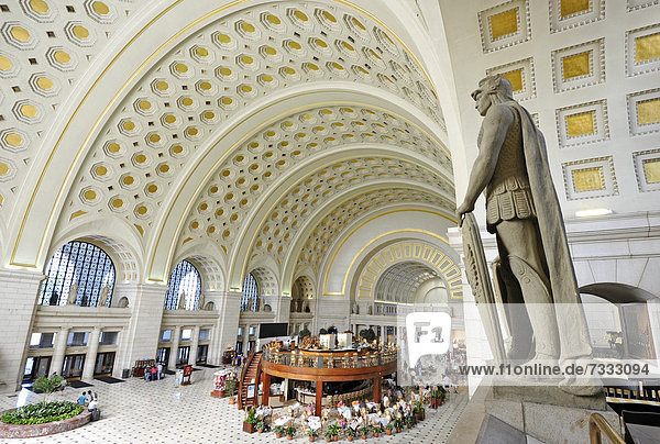 Innenaufnahme Great Main Hall  überlebensgroße Statuen  Wartesaal  Bahnhof  Union Station  Washington DC  D.C.  District of Columbia  Vereinigte Staaten von Amerika  USA