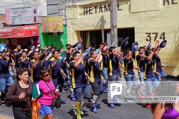 Jugendlicher  Frau  Mann  Fest  festlich  Junge - Person  Hut  Hispanier  Stiefel  Anordnung  üben  Ethnisches Erscheinungsbild  Chile  Folklore  Parade