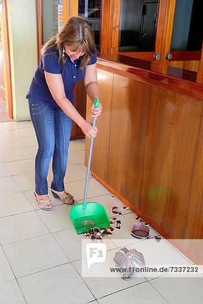 Eingangshalle  Frau  Beruf  Hispanier  schöpfen  Unfall  Putzfrau  Hausarbeit  Business  Chile  Kehrblech