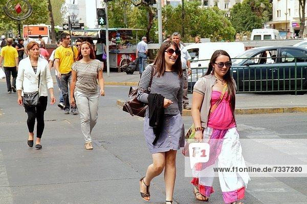 junger Erwachsener  junge Erwachsene  Frau  Mann  gehen  Weg  Hispanier  Geschäftsviertel  Fußgänger  Chile