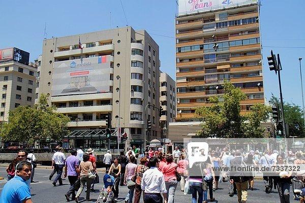 Städtisches Motiv Städtische Motive Straßenszene Straßenszene Frau Mann gehen Gebäude Hispanier Hochhaus Kinderwagen Ampel Fußgänger Baby Chile bevölkert