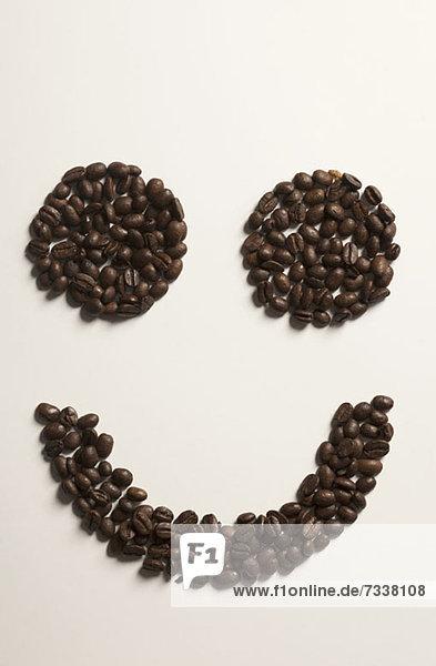Ein in Kaffeebohnen angeordnetes Smiley-Gesicht