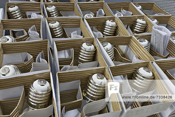 Schachteln mit verpackten Glühbirnen