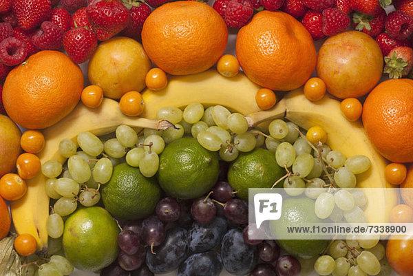 Ein abstraktes Arrangement aus verschiedenen frischen Früchten  Vollrahmen