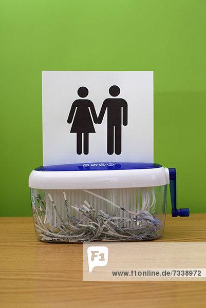 Geschlechtssymbole  die Händchen halten und kurz davor stehen  geschreddert zu werden.