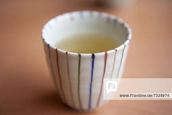 Japanische Teetasse mit grünem Tee