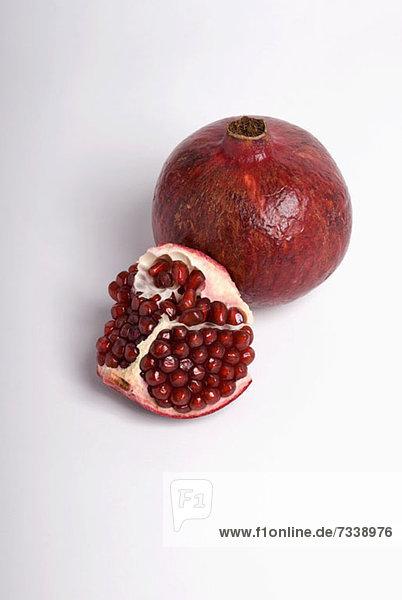 Geschnittener und ganzer Granatapfel