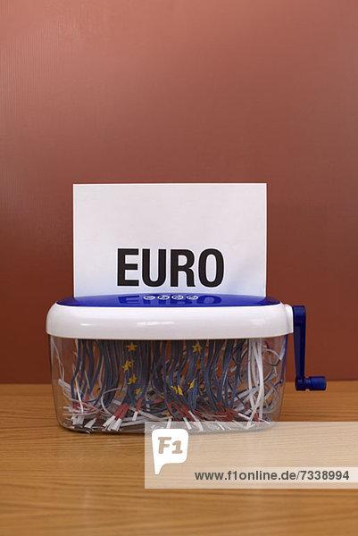 Wort'euro' geht durch die Zerkleinerungsmaschine