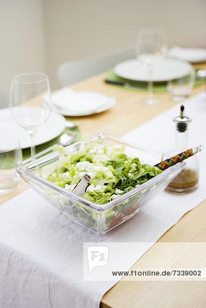 Salatschüssel auf Esstisch