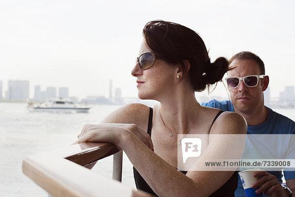 Mann und Frau auf dem Flussboot nach Asakusa in Tokio