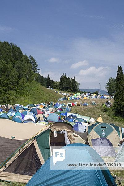 Zeltreihe beim Fuji Rock Festival in Naeba  Japan