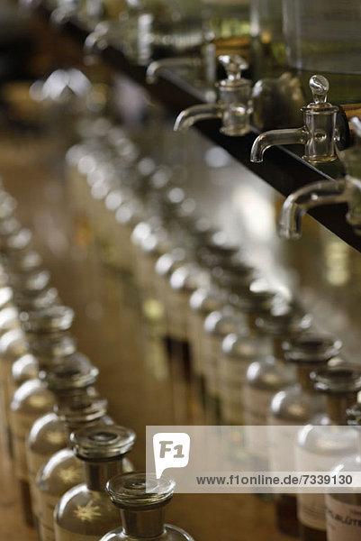 Reihen von Glasflaschen in einer Parfümerie