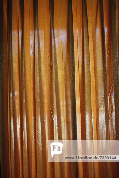 Blick durch einen Vorhang