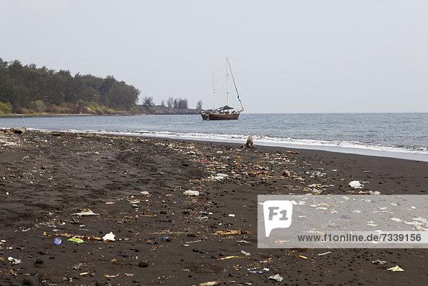Wurf gespült am Strand von Krakatoa Island  Indonesien