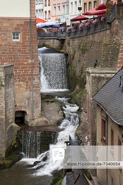 Wasserfall in der Altstadt  Saarburg  Saar  Rheinland-Pfalz  Deutschland  Europa  ÖffentlicherGrund