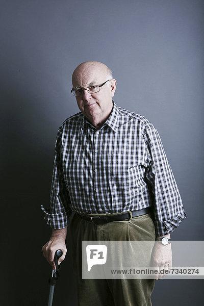 Senior Senioren gehen Holzstock Stock