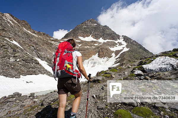 Wanderer beim Aufstieg zur Hohen Wilden  Pfossental  Schnalstal  Südtirol  Italien  Europa