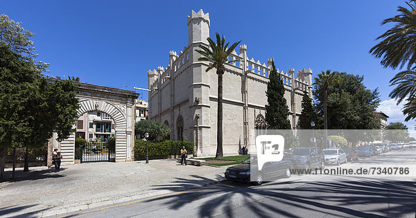 Die ehemalige Seehandelsbörse Sa Llotja  Fassade Gotik Kataloniens  heute Ausstellungen zu Kunst und Kultur  PlaÁa de la Llotja  Altstadt  Ciutat Antiga  Palma de Mallorca  Mallorca  Balearen  Spanien  Europa