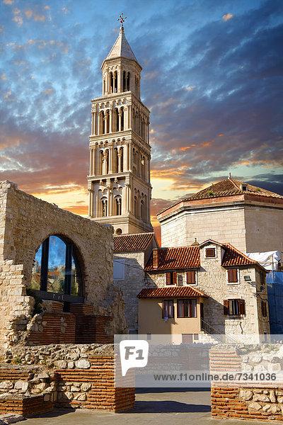 Glockenturm der Kathedrale von St. Doimus zu Ehren der Jungfrau Maria  ursprünglich in das achteckige Mausoleum des römischen Kaisers Diocletian  4. Jahrhundert  gebaut  Diokletianspalast  UNESCO Weltkulturerbe  Split  Kroatien  Europa