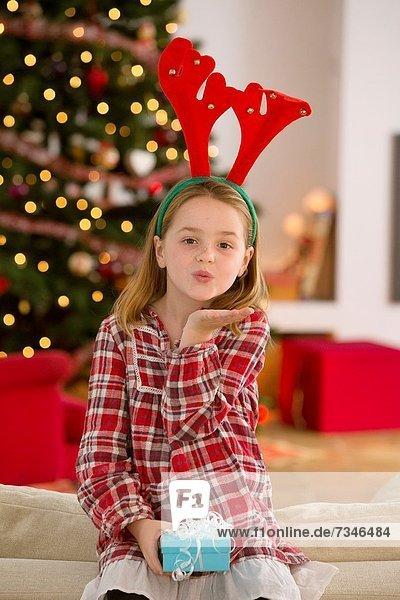 Geschenk halten Zeit Weihnachten jung Mädchen