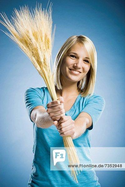 hoch  oben  Frau  halten  Weizen