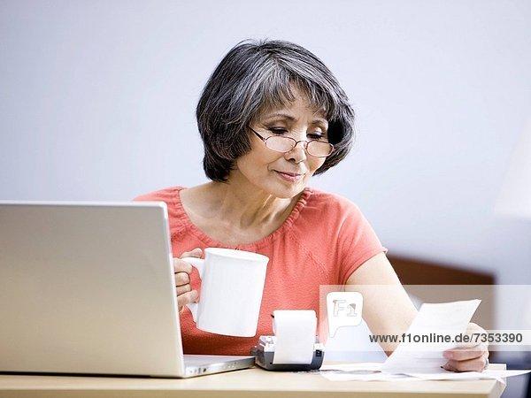 Senior  Senioren  benutzen  Frau  Computer  Notebook
