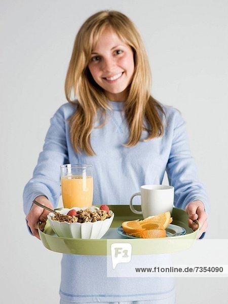 Frau  tragen  Frühstück