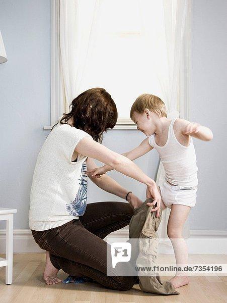 anziehen  Sohn  Mutter - Mensch