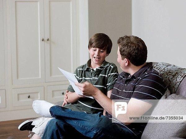 sehen  Papier  Menschlicher Vater  Sohn