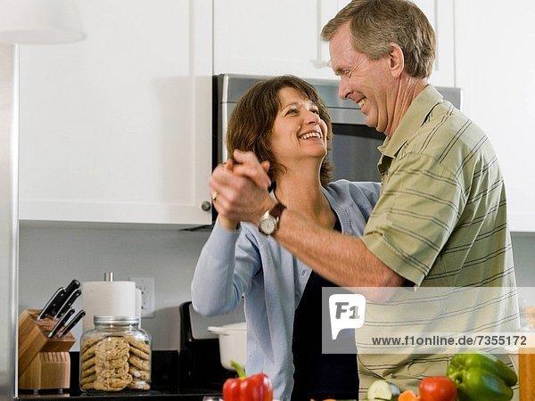 Frau  Mann  Küche  tanzen