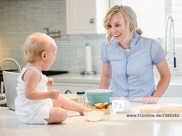 kochen  Küche  Mädchen  Mutter - Mensch  Baby