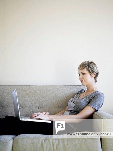 benutzen  Frau  Notebook  Couch