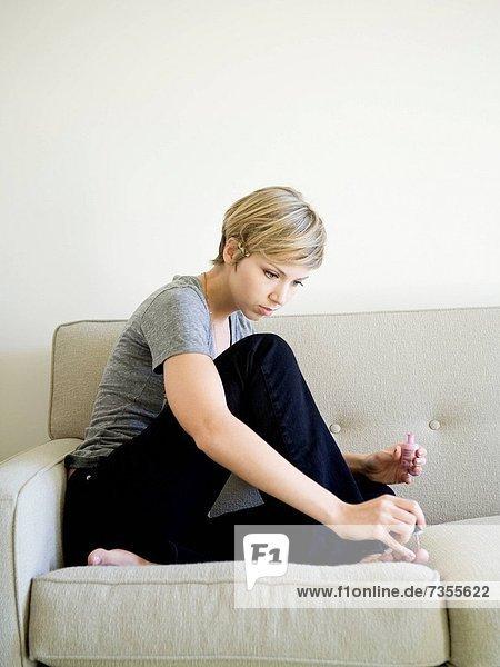 Frau  streichen  streicht  streichend  anstreichen  anstreichend  Couch  Menschliche Zehe  Menschliche Zehen
