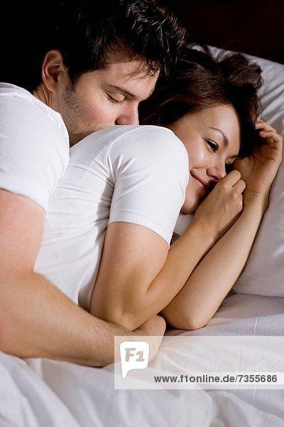 Junges Paar im Schlafzimmer