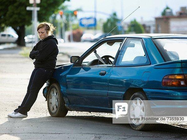 angelehnt  Frau  Auto  Unfall  jung