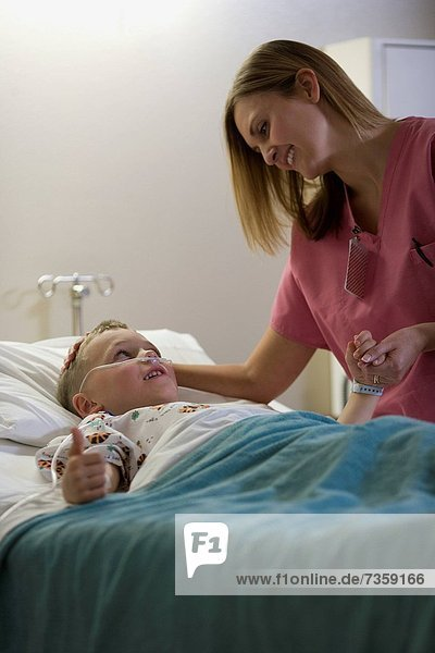 liegend  liegen  liegt  liegendes  liegender  liegende  daliegen  sprechen  Junge - Person  Arzt  Bett