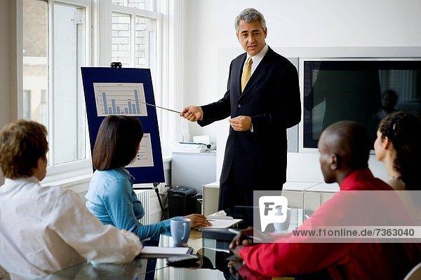 Unternehmer und Unternehmerinnen in einer Besprechung