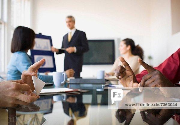 Mann  Papier  Geschäftsbesprechung  Besuch  Treffen  trifft  2  Business  Football  spielen