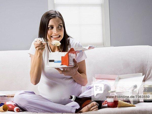 sitzend  Frau  Schwangerschaft  Couch  essen  essend  isst